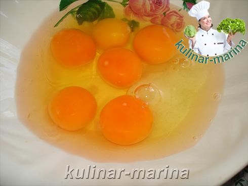 Слегка перемешать яйца с солью до однородного состояния.
