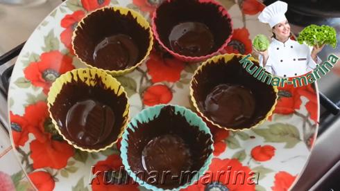 Смазать растопленным шоколадом силиконовые формочки