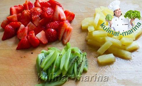Киви и ананас нарезать брусочками, клубнику разрезать на четвертинки.