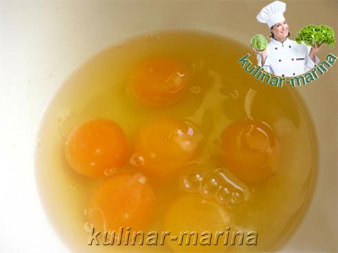 В отдельную посуду вбить яйца.