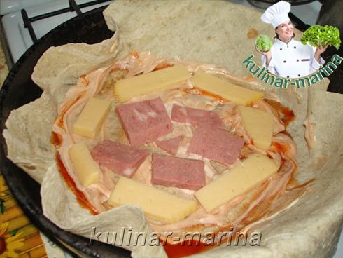 Подробный пошаговый рецепт: Добавить к лавашу кусочки ветчины или мяса.