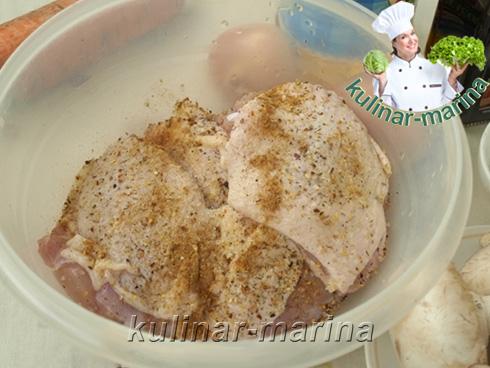 Замариновать кусочки курицы в специях
