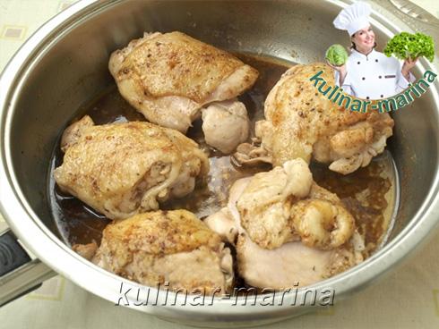 Обжарить курицу до румяной корочки и добавить соевый соус