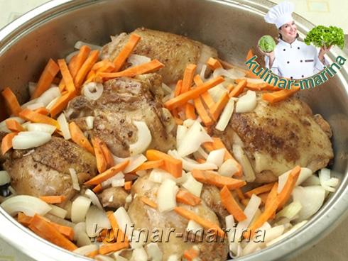 Добавить к курице лук и морковь