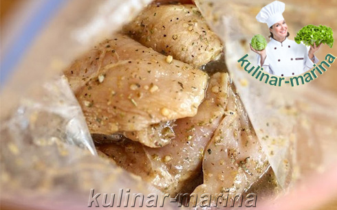 Пошаговые фотографии рецепта: Промариновать куриные грудки минут 20