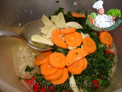 Зелень рубленная, морковь и чеснок дольками