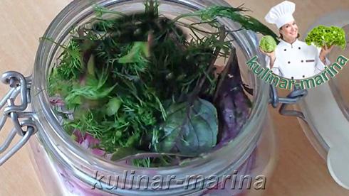 Подробный рецепт с пошаговыми фотографиями: Сельдь в томатном маринаде - добавить зелень