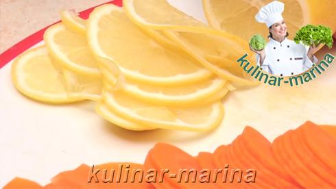 Лимон хорошо промыть и нарезать на тоненькие кружочки вместе с кожурой