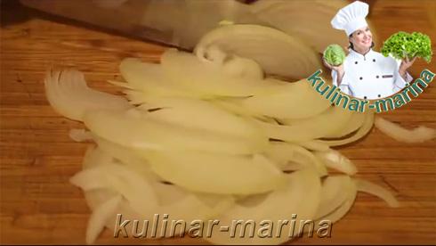 Полукольцами нарезать лук.