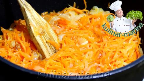 В сковородке обжарить лук до прозрачности. К луку добавить морковь. Перемешать.