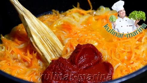 Добавить 3-4 столовых ложки томатной пасты